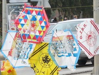 この日、諸所かしこで売られる凧。ギリシャでは六角形が普通なんです。