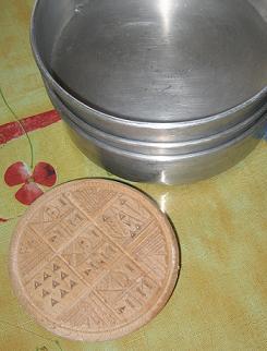 普段、リトゥルギアーを作るときに使う型と、パンの上に押す木製のハンコ