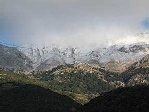 雪いっぱいの山々の一つ。冬らしく寒い日にはふもとの方まで雪が・・・。