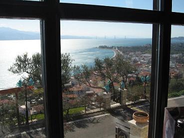カフェから見下ろすナフパクトスの風景