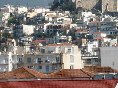 遠景からのパトラス旧市街。古い地域なので古い家と新しい家が混ぜこぜ。赤茶の瓦屋根の家が多いのがわかる。