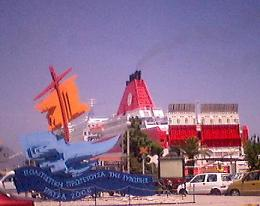 パトラス文化首都2006のシンボルと、港に停泊中の船