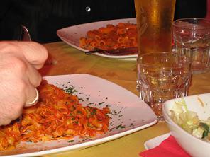 イタリア、バリのピッツェリアで。一緒に行った友人夫婦が頼んだパスタ2品。