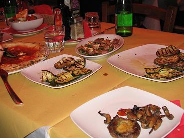 地元の人に人気の、イタリア、バリのピッツェリア。お義母さんが食べられるよう、野菜中心の前菜を注文。