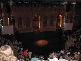 開幕前のステージ、左右にある白いスクリーンが「神曲」のギリシャ語訳を映し出すためのもの