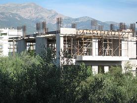建築途中のマンションの例。コンクリートの柱組みとその中に埋め込まれている鉄の棒が見える。