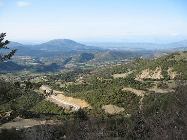 カレジ村からの絶景。右手奥は海。パトラスの向かい側の山まで見渡せる。