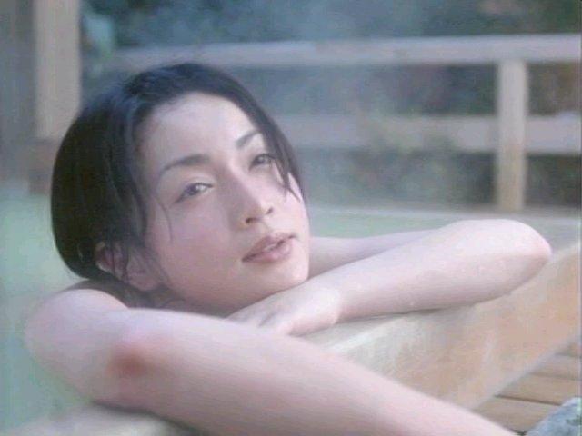 温泉に入る長谷川京子