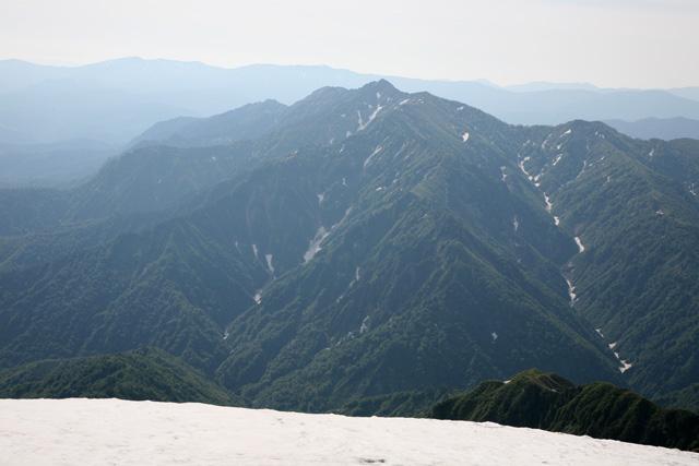 山頂から見た荒沢岳