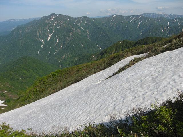 残雪の斜面