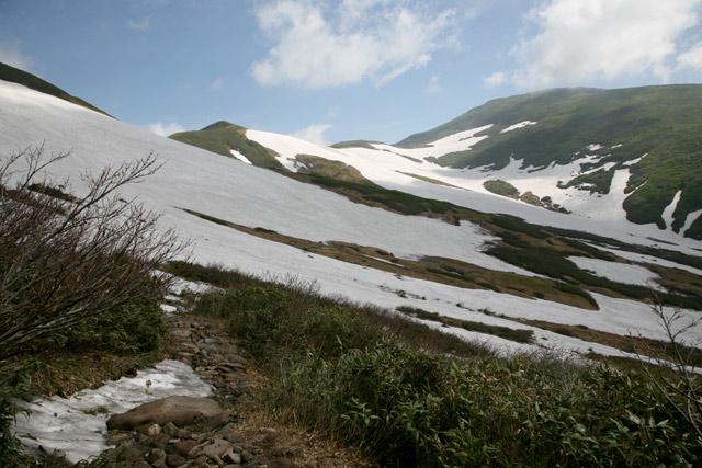 残雪の月山
