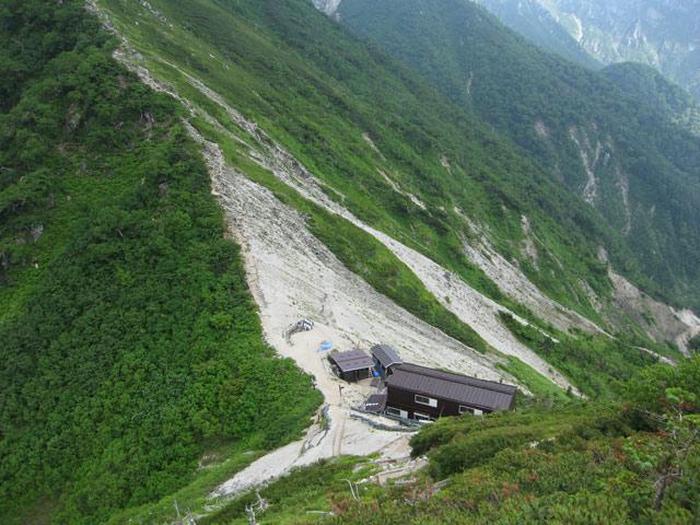 近づく小屋