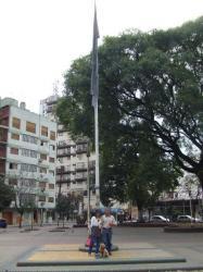 旗の前で記念撮影