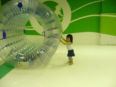 こーんな大きな輪を転がしてみたり。