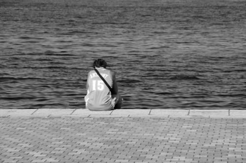海を眺める青年