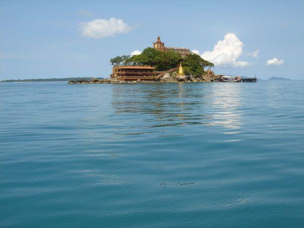 海の上に一人きり浮かんでいる城