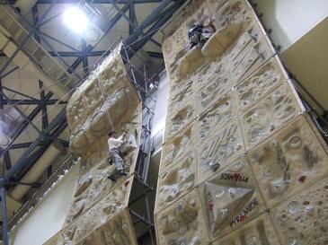 日進市スポーツセンター クライミングウォール 壁迫る