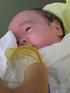 ミルクを飲む練習の宙未さん♪080508.jpg