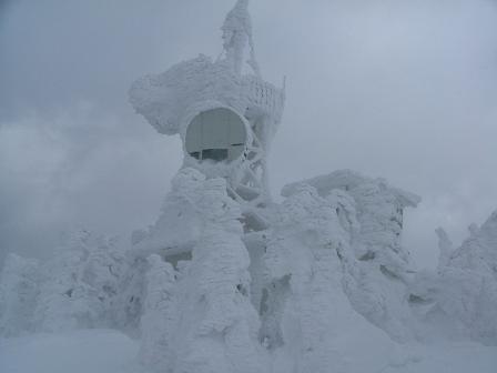 山頂のアンテナ塔