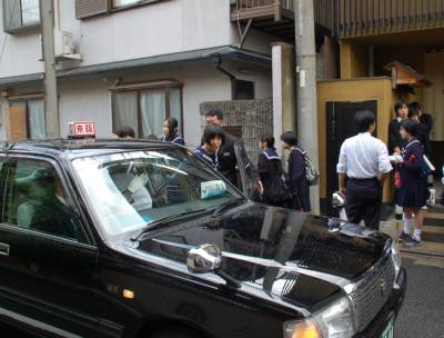 タクシーに乗り込む