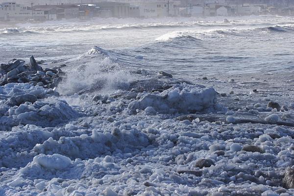 荒波と流氷