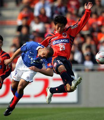 23 Mar 08 - Kohei Tokita battles it out with Marinos' Roni