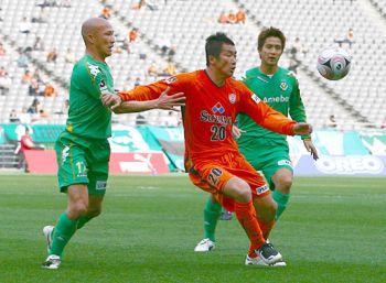 28 Mar 08 - S-Pulse's Akinori Nishizawa takes on baldy ex-Squirrel Yukio Tsuchiya