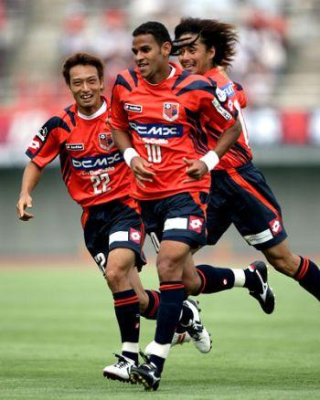 30 Jun 08 - Denis whoops it up with Tanaka and Saito