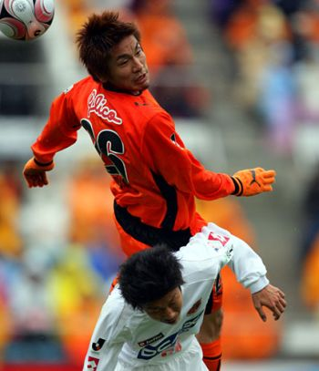 30 Mar 08 - Little Kohei Tokita gets squashed by that rough boy, S-Pulse defender Naoaki Aoyama