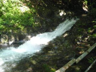 関秀の滝下