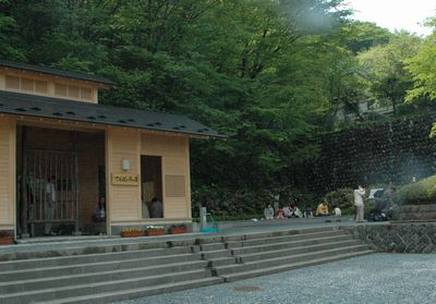 神社の入り口にある足湯です