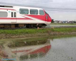 初夏 水面に映える名鉄電車 1