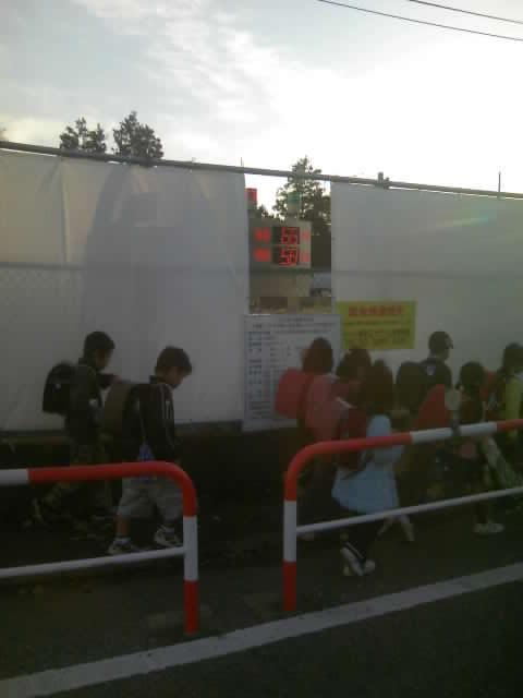 児童の通学路にわざわざ商業施設並みの出入り口