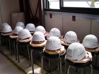 たくさんの椅子とヘルメット