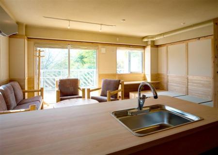 003152桧のキッチンカウンター腰にリビングと小上がり座敷を見る_20080415142430