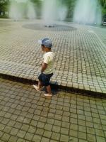 噴水の周りを散歩
