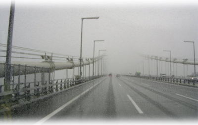 霧の明石海峡大橋