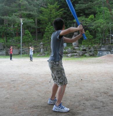 野球をする少年たち