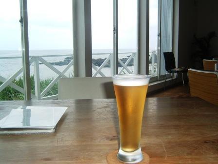 海を見ながらビール!