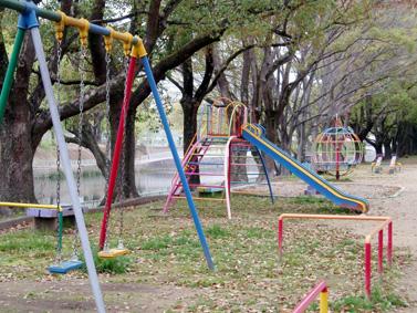 堀川の土手の公園
