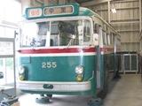 次に向かったのは、初公開の車両保存庫。30分待ちでした。200系トロリーバス。架線集電の無軌条電車です。