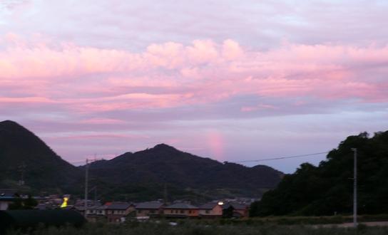真ん中に短い虹がかかってます。見える?
