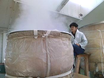 写真は蒸気の抜け具合をみている信木君です。