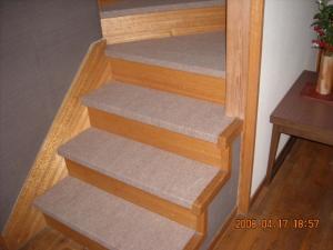 階段パンチカーペット張替後(1Fから)