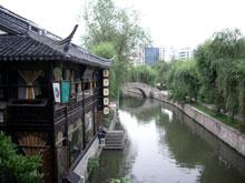 左の建物が有名な茶屋らしい、雰囲気抜群です