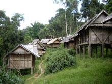 村のはずれの方はこんな感じ。小さい家が建ち並ぶ