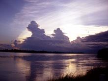 メコン川に日が落ちる-、川沿いは風が涼しくて気持ちいいんだー