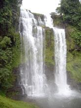 おぉ!これぞ滝!水しぶきが凄くてびしょ濡れになった・・涼しいが
