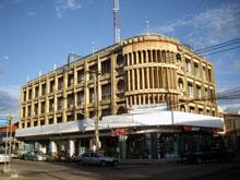 旧市街で目立った建物 古めかしいけどなんか好きな造りだ