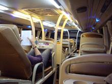 個別の席に180度リクライニングな豪華バス!日本では見たことないよ